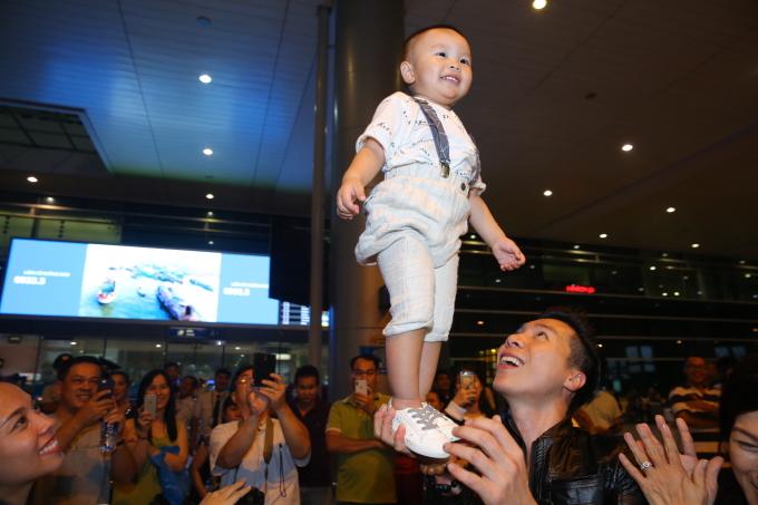 <p> Anh không ngại thực hiện động tác giữ thăng bằng trên không cho cậu con trai. Cậu bé hân hoan cười tươi rói trong sự reo hò của nhiều người.</p>