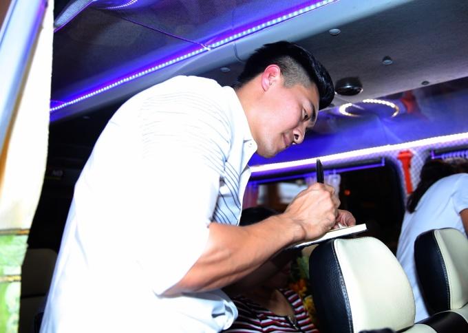 <p> Trong khi đó, Quốc Cơ miệt mài ký tặng fan hâm mộ khi đã lên xe chuyển bị di chuyển, trở về nhà.</p>