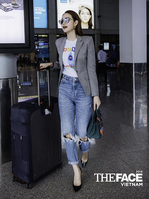 Áo phông được Minh Hằng kết hợp cùng jeans rách và blazer để tạo nên set đồ vừa thanh lịch, vừa cá tính.