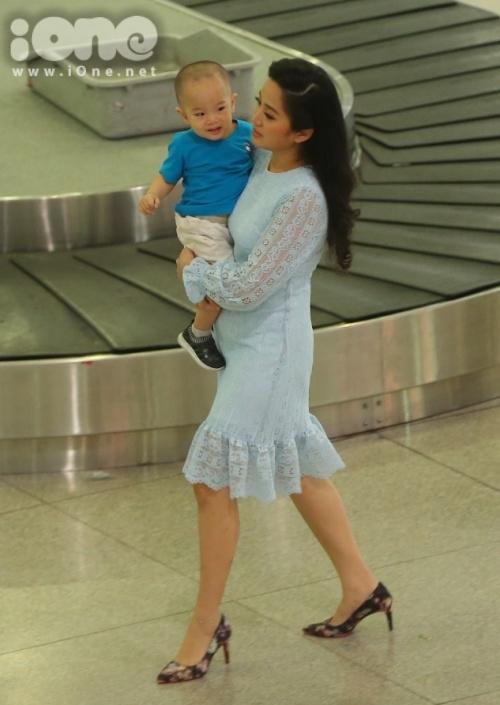 MC Hồng Phượng - vợ Quốc Cơ ôm con đợi chồng tại sân bay từ sớm.