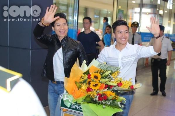 Họ vẫy tay chào người hâm mộ.