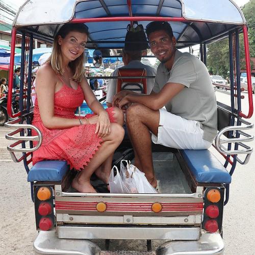 Smalling và vợ di chuyển bằng xe tuk tuk trên đường phố Thái Lan