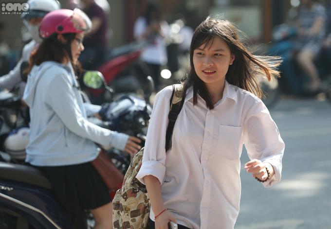 <p> Sáng 7/6, gần 95.000 thí sinh ở Hà Nội bước vào bài thi đầu tiên môn Ngữ văn trong kỳ thi tuyển sinh vào lớp 10 năm học 2018-2019. Môn thi dưới hình thức tự luận, thời gian 120 phút.Đây là kỳ thi được xem là áp lực hơn cả kỳ thi THPT Quốc gia. Nếu trượt các em sẽ phải học dân lập với mức học phí rất cao, hoặc học nghề, giáo dục thường xuyên.</p>