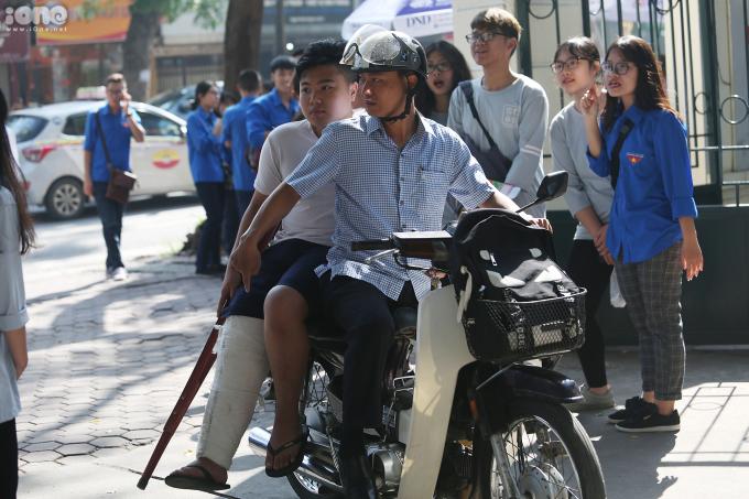 <p> Bạn Hoàng Giang (THCS Ngô Sĩ Liên) bị dập dây chằng, phải bó bột được người thân đưa đến trường dự thi.</p>