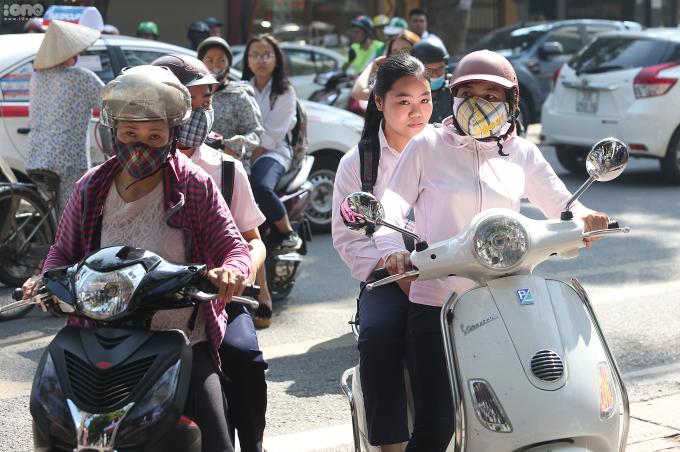 <p> Tại điểm thi trường THPT Việt Đức (quận Hoàn Kiếm, Hà Nội), nhiều phụ huynh chở con em mình đến địa điểm thi từ sáng sớm và chờ đợi trước cổng trường.</p>