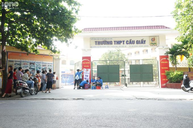Tại điểm thi THPT Cầu Giấy, dù phải đợi đến hơn hai tiếng để thí sinh hoàn thành bài thi, hàng chục phụ huynh vẫn đứng ngoài đợi đến hết giờ.