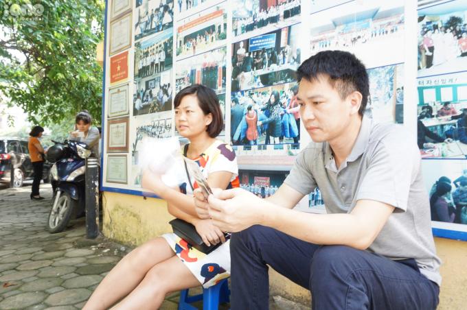 """Anh Nguyễn Liên Giang (sinh năm 1972) chia sẻ: """"Tôi muốn ở đây cùng với con vì về nhà cũng sốt ruột và lo lắng. Trong lúc ngồi chờ, tôi trò chuyện với các phụ huynh khác xem con cái họ thế nào. Sau kỳ thi, tôi sẽ cho các con đi xả hơi ít hôm""""."""