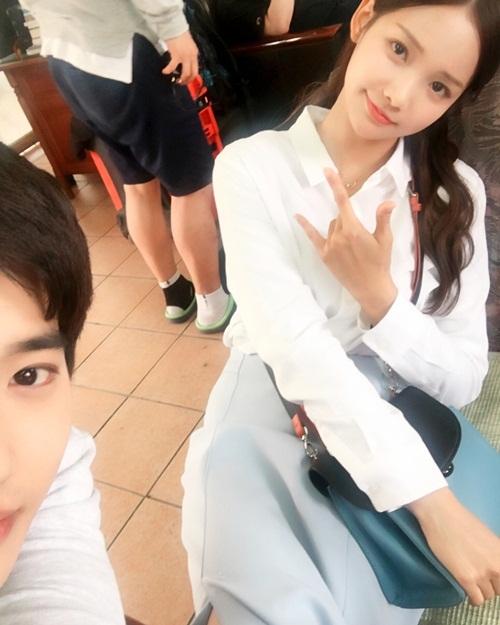 Su Ho (EXO) chụp tự sướng với bạn diễn Ha Yeon Soo khi đóng Rich man poor woman. Anh chàng cầm máy chụp nhưng chỉ chịu lộ nửa mặt.