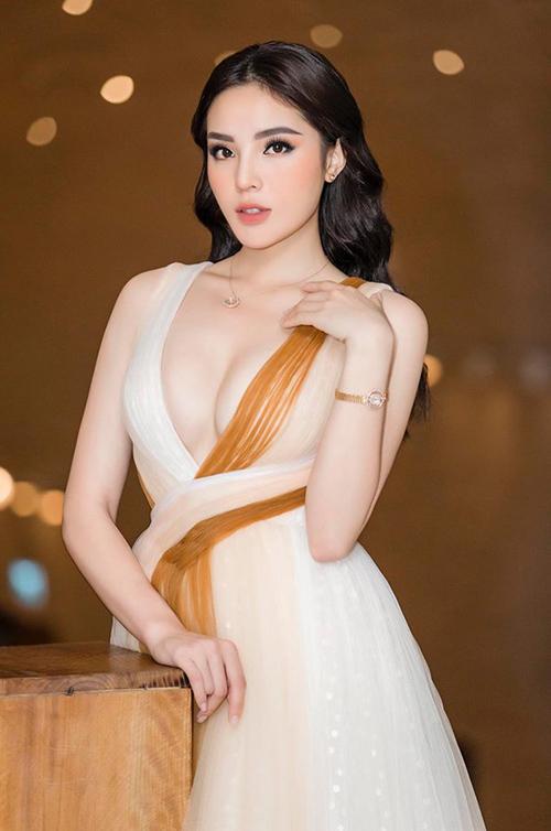 Những bộ váy có thiết kế xẻ ngực sâu, chất liệu mỏng manh, tôn tối đa vòng một nảy nở được Kỳ Duyên ưa chuộng.