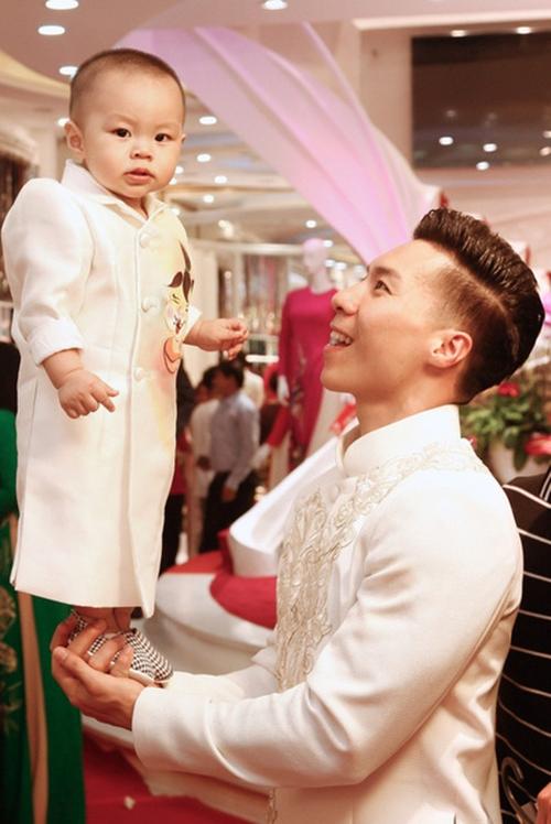 Quốc Nghiệp cho biết anh tập cho con trai từ khi bé mới hơn 2 tháng. Cậu bé tỏ ra thích thú khi được ba nhấc bổng trên tay.