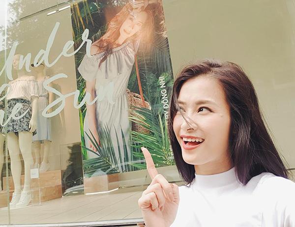 Đông Nhi sướng rơn khi thấy hình ảnh của mình được treo khắp nơi với tư cách là gương mặt đại diện cho một hãng thời trang.
