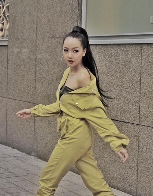 Băng Di không ngại nóng, diện bộ jumpsuit cá tính xuống phố.