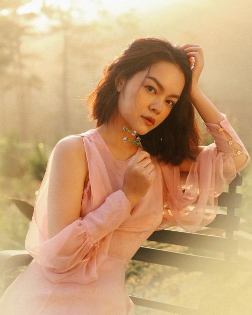 Phạm Quỳnh Anh vừa cho ra mắt MV Tất cả sẽ thay em (sáng tácHamlet Trương). MV đánh dấu sự trở lại Vpop của nữ ca sĩ sau nhiều năm dành thời gian cho gia đình nhỏ và công việc sản xuất phía sau hậu trường.