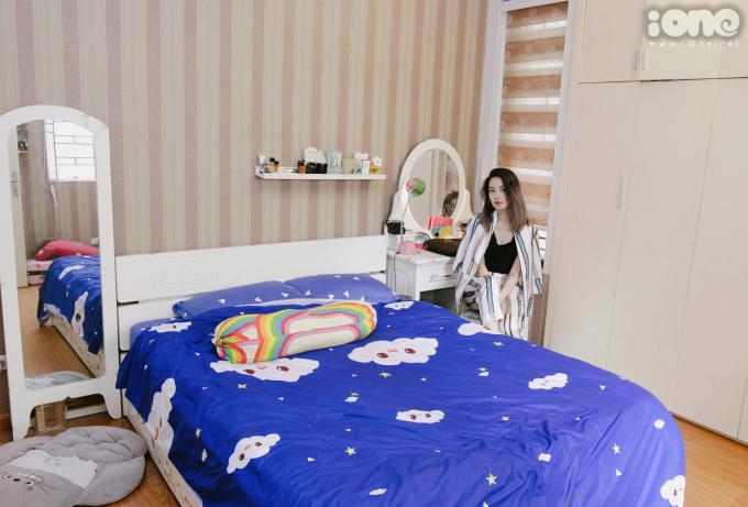<p> Phòng ngủ của Mi Vân nằm ở tầng 2 của căn nhà. Có tính cách đơn giản nên hot girl không bài trí quá nhiều nội thất trong phòng. Đa phần gồm tông trắng cơ bản.</p>