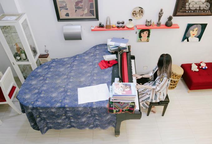 <p> Phòng khách của gia đình Mi Vân nằm ở tầng 1. Ở đây còn có một chiếc piano lớn giúp cô giáo dạy đàn tập luyện hàng ngày.</p>