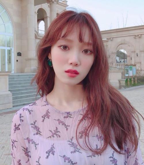 Những cô nàng có làn da trắng sáng có thể học cách trang điểm mắt của Lee Sung Kyung, đó là sử dụng gam hồng phấn cực baby.