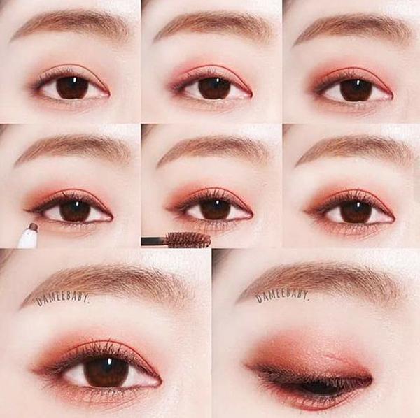 Muốn có đôi mắt như Irene, đầu tiên bạn phủ lên bầu mắt phấn màu cam nhũ. Sau đó, bạn tiếp tục dùng phấn hồng san hô tán đều, nhấn đậm tay hơn một chút ở phía đuôi mắt để tạo độ sâu. Bạn cũng có thể dùng màu nâu nhẹ viền sát chân mi để đôi mắt trông có hồn hơn. Đừng quên tán màu đều viền cả mí mắt dưới. Mascara chỉ nên chọn tông nâu thẫm để không bị nặng nề.