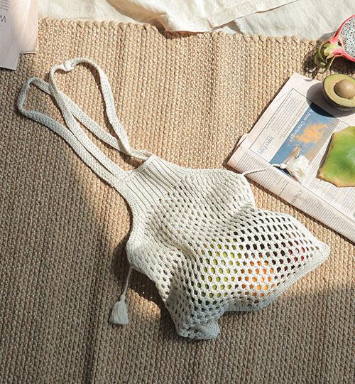 Chiếc túi lưới chính là mẫu túi dành cho những cô nàng thích đi dã ngoại và đi biển. Nhìn qua thì nhìn kiểu túi này chẳng khác nào giỏ đi chợ nhưng nó lại hợp thời trang và mềm mại hơn rất nhiều. Loại túi này thường được đan rất cẩn thận và để lại những lỗ lưới có thể co giãn nhẹ mang lại cảm giác thoáng mát giữa ngày hè bí bách.
