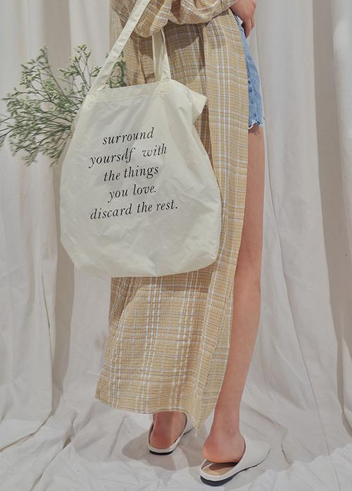 Được làm từ chất vải thô cứng nên túi tote khá bền và có thể dử dụng trong thời gian dài. Không chỉ sở hữu độ bền dai, chiếc túi này còn hợp với mọi loại quần áo từ bánh bèo đến hơi bụi bặm một chút. Bên cạnh đó, con gái cũng khỏi lo bị đụng hàng bởi túi có siêu nhiều màu sắc đa dạng và thường in hình hoặc chữ không thể lẫn đi đâu được.