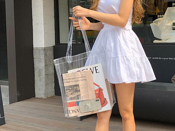 Mới trình làng vào đầu hè năm nay, mẫu túi có một không hai này đã gây chú ý với nhiều cô nàng yêu thời trang. Không chỉ lạ mắt ở chất liệu, chiếc túi trong suốt còn được coi là một fashion item hot nhờ sự độc đáo, nổi bật mà còn do tính ứng dụng khá cao của nó.