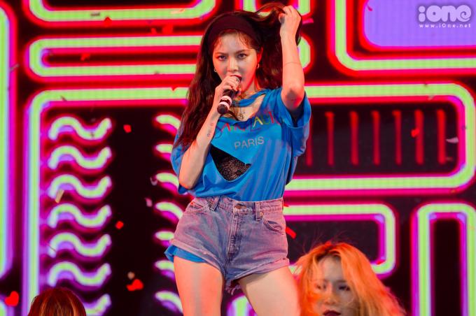 <p> Hyun Ah xuất hiện trong những tràng vỗ tay không ngớt của fan Việt. Cô nàng vẫn giữ phong cách sexy thường lệ khi diện quần shorts siêu ngắn, áo rách lộ cả nội y.</p>
