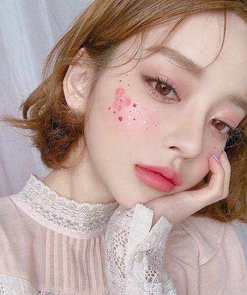 Ngoài ra, bạn cũng có thể thử đánh mắt màu tím thiên hồng nhẹ nhàng, đi cùng đôi môi hồng baby ngọt ngào như kẹo cũng rất xinh yêu.
