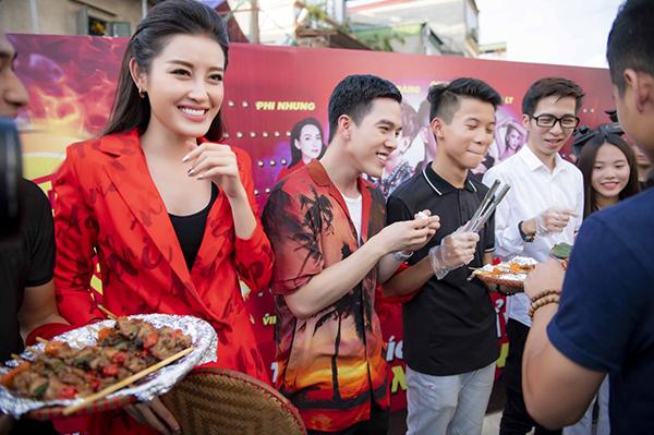 Người đẹp cùng hot boy Minh Châu, Viruss... cười thả ga khi tham gia thử thách ăn đồ cay nóng.