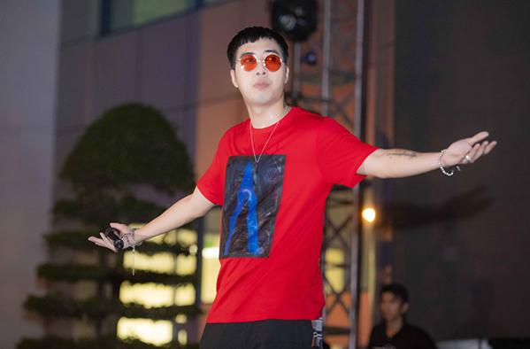 Sau tiết mục Mình là gì của nhau, Lou Hoàng và Only C xuống khán giả và gửi lời cảm ơn đến khán giả đã dành thời gian để ở lại xem phần trình diễn của cả hai.