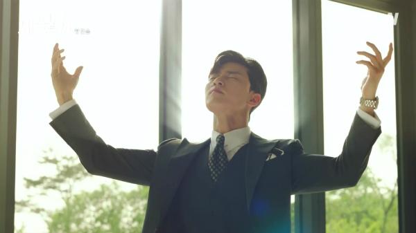 Lee Young Joon luôn tưởng tượng ánh hào quang đang tỏa ra quanh mình.