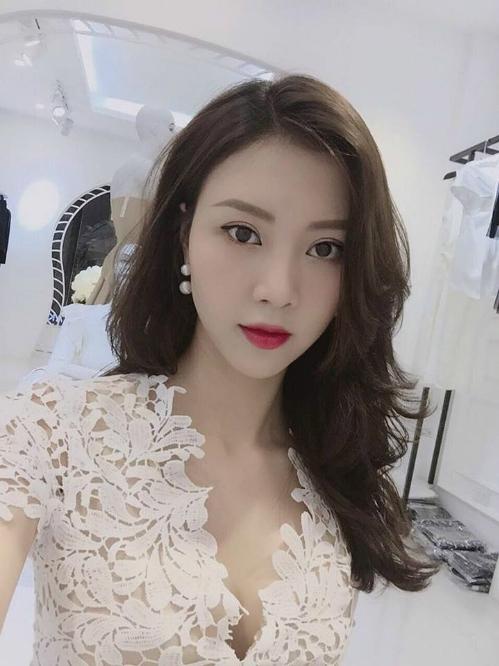 Nếu theo dõi Facebook của cô nàng, nhiều người dễ dàng nhận thấy thời gian gần đây Vũ Ngọc Châm trở nên kín tiếng hơn nhưng cũng xinh đẹp hơn nhiều so với trước kia.
