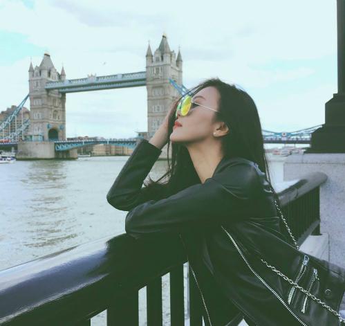 Những hình ảnh Decao và Ngọc Châm đội bàn hôn nhau dưới mưa được chia sẻ nhiều và trở thành trung tâm chế ảnh trên mạng xã hội. Tuy nhiên, cô nàng vẫn luôn giữ im lặng.