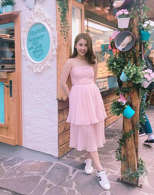Ngọc Thảo chọn váy hồng pastel xinh như công chúa khi đi du lịch.