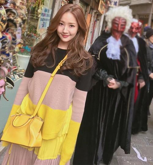 Nữ thần dao kéo Park Min Young diện đồ trẻ trung vượt bậc so với tuổi - 6