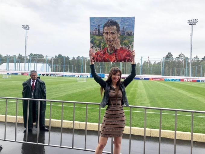 <p> Một CĐV nữ bày tỏ tình cảm với siêu sao Real Madrid qua poster cỡ lớn.</p>