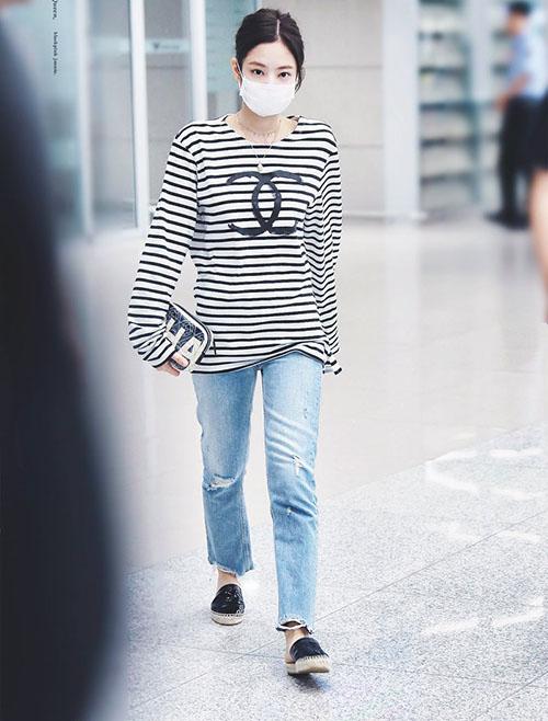 Thành viên về Hàn sau chuyến bay dài. Áo phông rộng rãi, quần jean và dép bệt là sự lựa chọn tốt nhất khi ra sân bay.