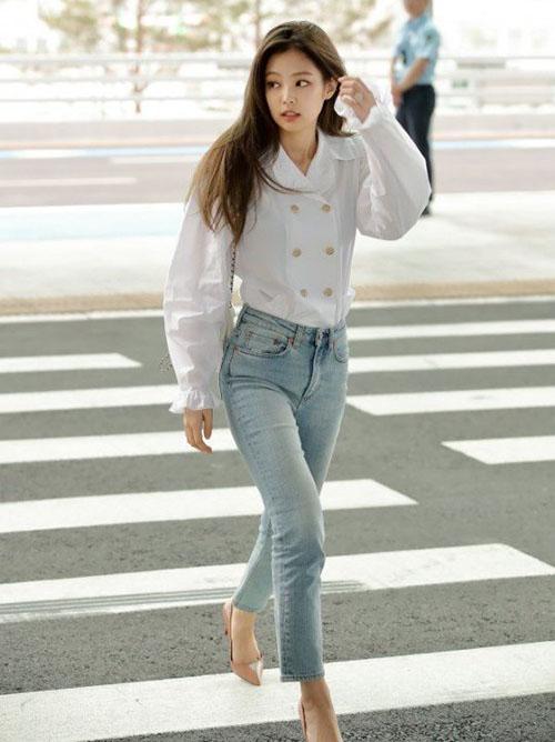Jennie được mời sang dự sự kiện công bố dòng nước hoa mới của thương hiệu Chanel. Ngay từ những hình ảnh ở sân bay, mỹ nhân nhà YG đã gây sốt, trở thành đề tài tìm kiếm ở Hàn. Sơ mi trắng thanh lịch, quần jean giúp nữ ca sĩ khoe đường cong sexy.