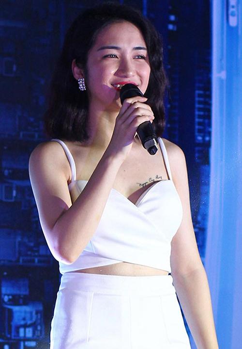 Thời điểm đang mặn nồng cùng Công Phượng, Hòa Minzy gây tranh cãi khi công khai xăm tên bạn trai lên ngực trái. Không ít người cho rằng cách thể hiện tình cảm này có phần quá lố, đặc biệt khi nữ ca sĩ thường xuyên diện đồ gợi cảm để lộ hình xăm.