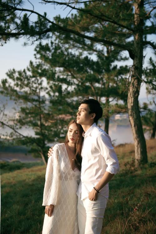MV là thước phim quay lại loạt khoảnh khắc hạnh phúc, ngọt ngào của cặp đôi đang trong giai đoạn cao trào hạnh phúc. Yến Trang và nam chính có những cảnh hôn tình cảm.