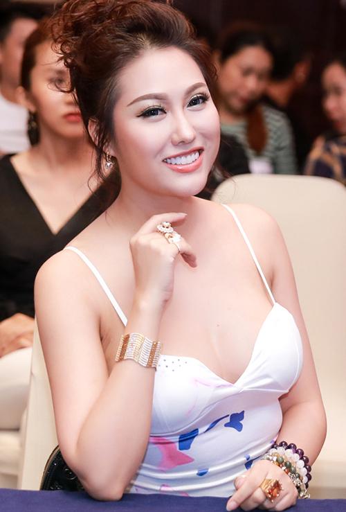 Sau một thời gian dài trung thành với da bánh mật, năm 2013, người đẹp quyết định chi 2 tỷ đồng để tắm trắng. Cùng với đó, cô cũng chỉnh sửa lại toàn bộ gương mặt để đi theo hình tượng mới là vẻ đẹp kiểu búp bê.