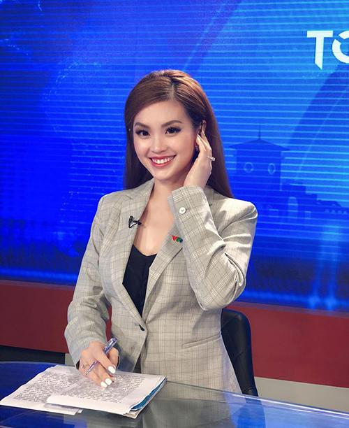 Diễm Trang xinh đẹp trước giờ lên hình trong vai trò một BTV tin tức.