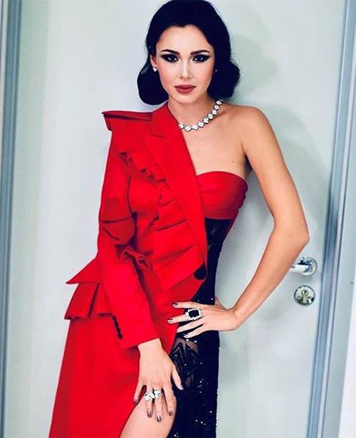 Ngoài giọng ca trời phú, Aida còn có vẻ ngoài quyến rũ chẳng thua các người mẫu. Cô thường xuất hiện với những trang phục gợi cảm, tôn lên vòng một và các số đo lý tưởng.