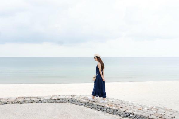 Đi kèm với những shot hình đẹp là 1001 cách tạo dáng trước biển của Jun. Những ai muốn có hình đẹp với biển chắc hẳn sẽ mải mê theo dõi những hình ảnh của Jun để học lỏm bí kíp pose hình của cô.
