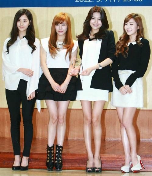 Seo Hyun, Tiffany, Soo Young và Jessica đã rời SNSD.