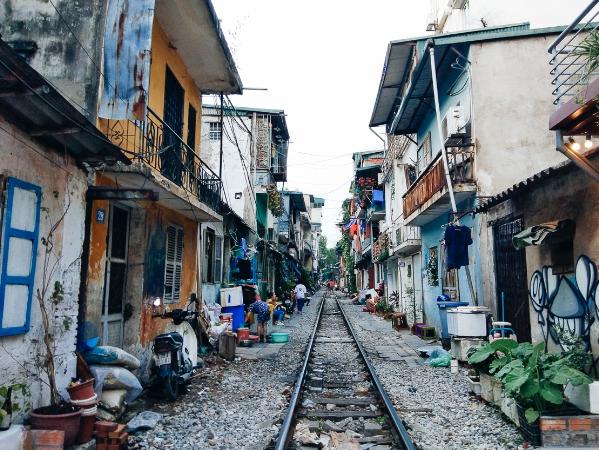 Gọi là phố đường tàu bởi ở đây có một khu dân cư vây kín lấy hai bên đường sắt gồm ngõ xóm, nhà nhà sống chen chúc bên nhau ngay trong vành đai của đường tàu.