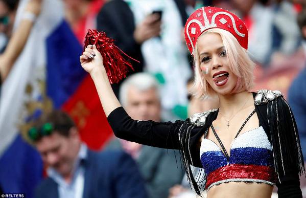 CĐV Nga thoải mái mặc váy ngắn hay diện nhưng trang phục sexy.