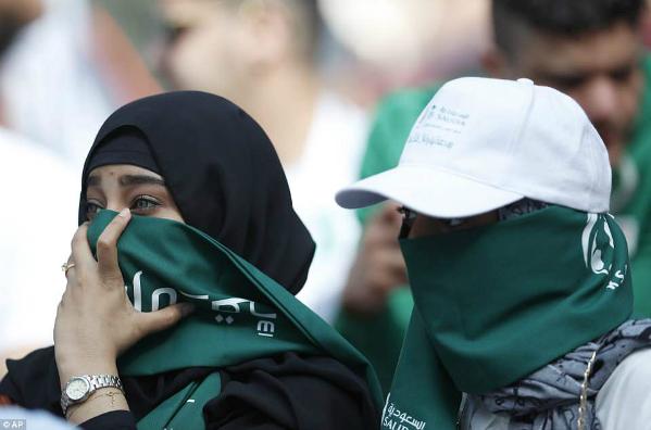 Fan Ả Rậpcó phần e dè trước ống kính. Những nỗi buồn hiện rõ trong ánh mắt họ khi ĐTSaudi Arabia bị Nga dẫn trước tỉ số 5-0.