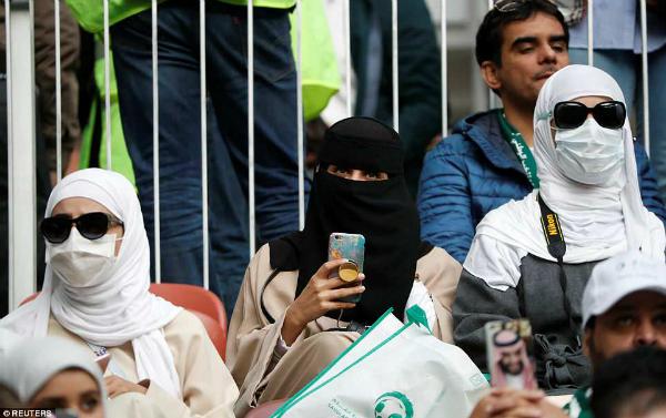 Fan nữẢ Rập nhã nhặn và khiêm tốn hơn, lặng lẽ theo dõi trận đấu.