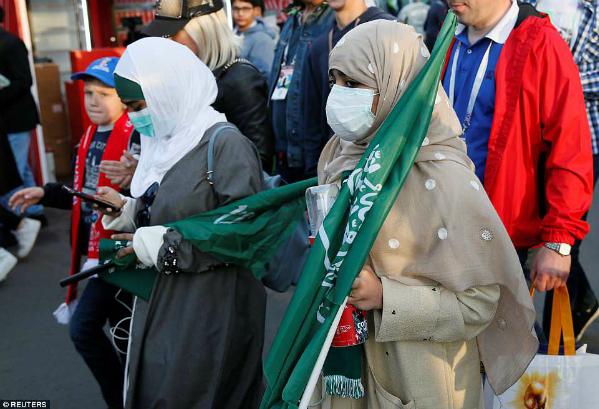 Những cô gái của đất nước Hồi giáo mặc đồ theo chuẩn mựcnghiêm ngặt đối với phụ nữ của quốc gia này. Không cởi mở và thoải mái như ở xứ sở bạch dương,phụ nữ được phép xem bóng đá tại một sân vận động ở Ả Rập Saudi lần đầu tiên vào tháng Giêng, theo Mail.