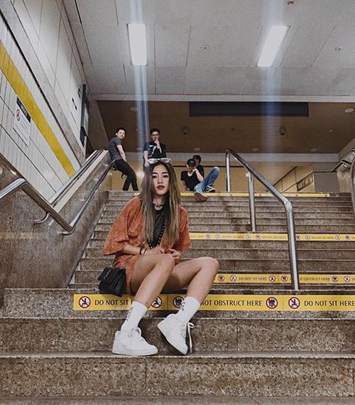 Bức ảnh của Sa Lim sẽ rất hoàn hảo, nếu như cô nàng không ngồi trên bậc thang có dòng chữ Do not sit here (Không ngồi ở đây).