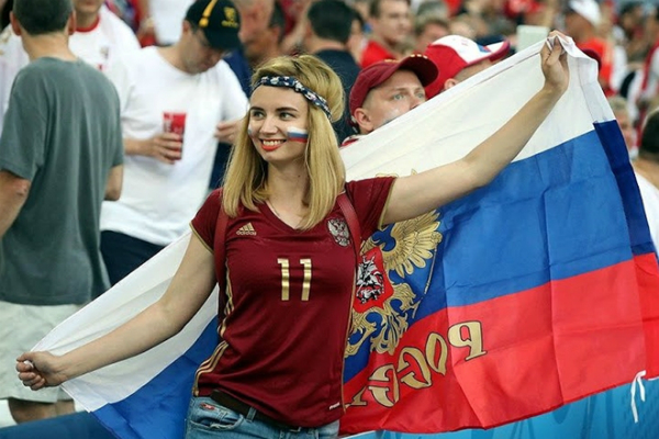 Các cô gái Nga quẩy tung khán đài,hào hứng cổ vũ hết mình cho đất nước của họ.